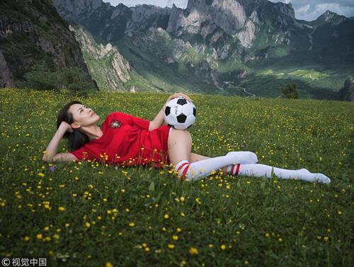 足球宝贝户外写真演绎睡美人 超短球裤尽显纤细长腿